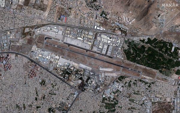 カブールにある空港の衛星写真=24日(MAXAR TECHNOLOGIES提供、ロイター=共同)