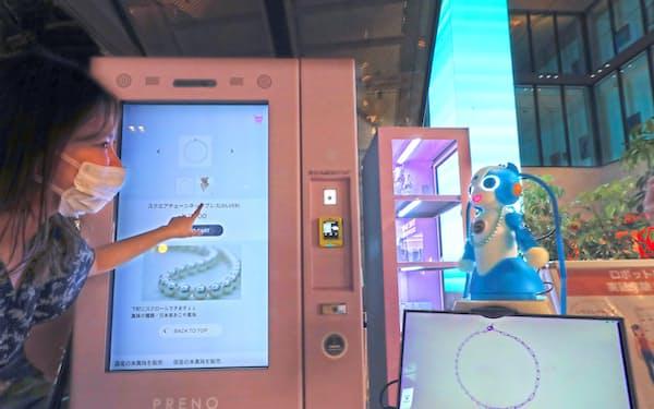 遠隔接客ロボットが応対する大型モニター付き自販機で真珠のアクセサリーを販売(東京・渋谷のRAYARD MIYASHITA PARK)