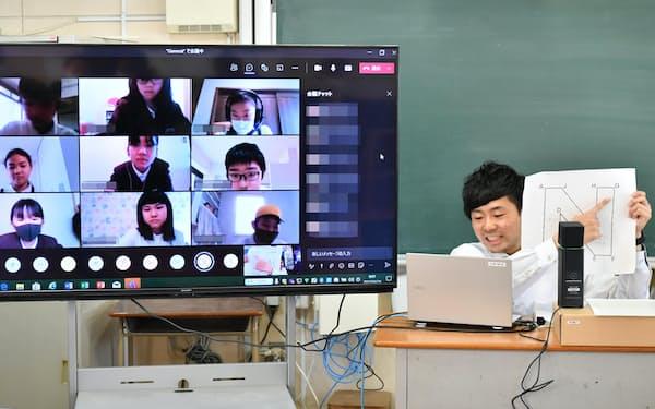 自宅にいる児童にオンラインで授業をする先生(26日午前、大阪市西区の本田小学校)=笹津敏暉撮影(一部画像処理しています)