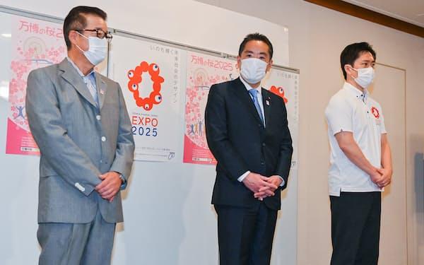 意見交換を終え、記者の質問に答える(左から)松井大阪市長、井上万博相、吉村大阪府知事(27日午後、大阪市役所)
