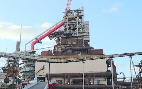 高炉を使う既存の製鉄法はCO2の排出量が多い(北海道室蘭市の室蘭製鉄所)