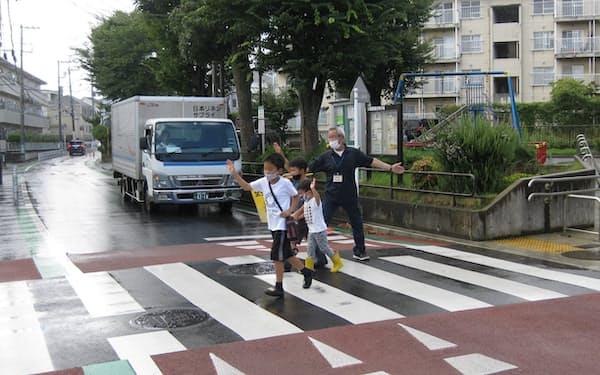 8月3日、横浜市緑区中山町の市道で、ハンプ上に敷設された横断歩道を渡る小学生