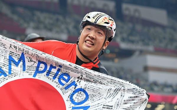 金メダルを獲得して喜ぶ佐藤友祈