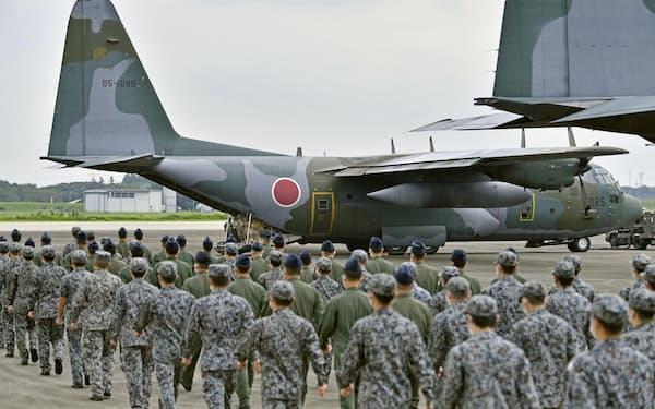 退避支援で派遣された航空自衛隊のC130輸送機(24日、埼玉県の航空自衛隊入間基地)=共同