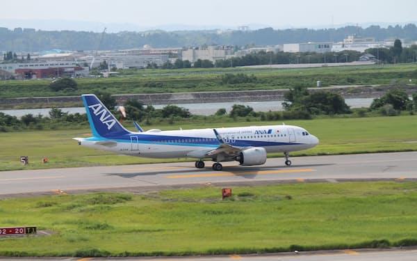 富山空港(富山市)は日本で唯一、河川敷にある空港。富山駅まで車で約20分と市街地に近い
