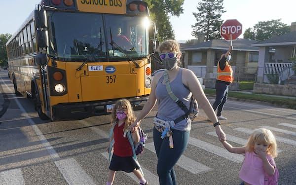 学校の感染防止対策としてマスク着用を求める地域が広がる(24日、米西部ユタ州)=AP