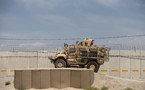 アフガニスタンの鉱山開発には治安改善が必要だ(7月、カブール近郊で米軍が拠点にしたバグラム空軍基地で)=ロイター