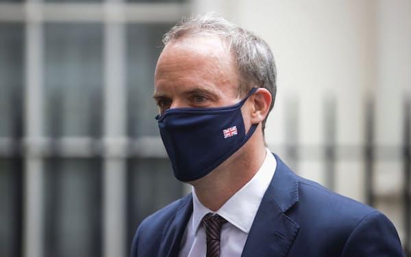 ラーブ英外相は自爆テロを「卑劣な攻撃」と非難した(写真は16日、ロンドンにて)=ロイター