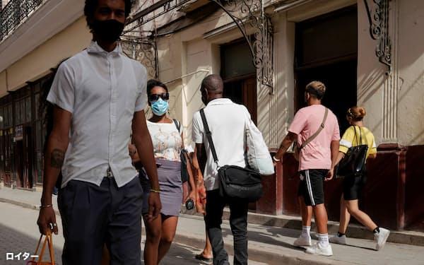 キューバ市民は仮想通貨に関心を深めている(26日、ハバナの繁華街)=ロイター