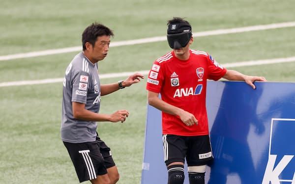 ブラインドサッカー男子日本代表強化合宿で選手に指示を出す中川英治ヘッドコーチ㊧(7月)