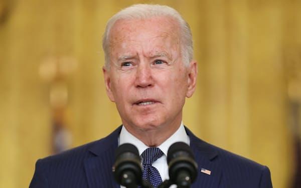 バイデン米大統領は米軍に対し、IS系勢力に報復するための作戦計画をつくるよう指示していた(26日、ホワイトハウス)=ロイター