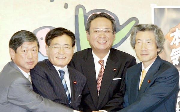 自民党総裁選候補者が記者会見。写真は会見終了後に握手する(左から)高村、亀井、藤井、小泉の各候補=8日午後、東京・永田町の自民党本部