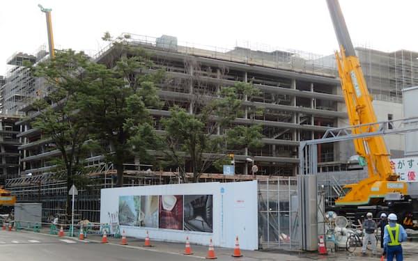 あきた芸術劇場は22年6月の開館に向け建設工事が進む(秋田市)