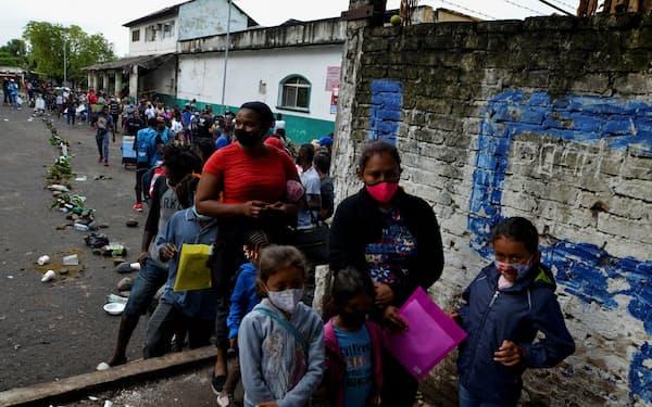 メキシコで保護を求めるハイチや中米からの移民(5月、南東部チアパス州タパチュラ)=ロイター