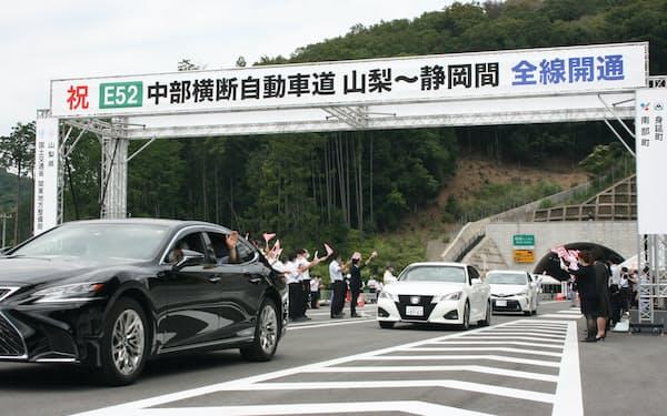 式典参加者らが開通区間の通り初めをした(29日午前、身延山IC付近)