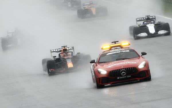 セーフティーカー先導での走行するも、後続のドライバーは水しぶきによる視界不良に見舞われた=ロイター
