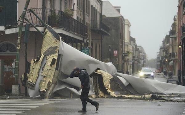 ハリケーンによる強風で建物の屋根が飛ぶといった被害が出ている(29日、ルイジアナ州ニューオーリンズ)=AP