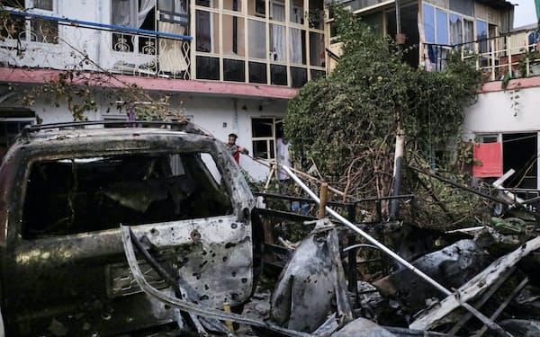 29日、米軍の無人機による空爆で破壊された車両と住宅(カブール)=ロイター