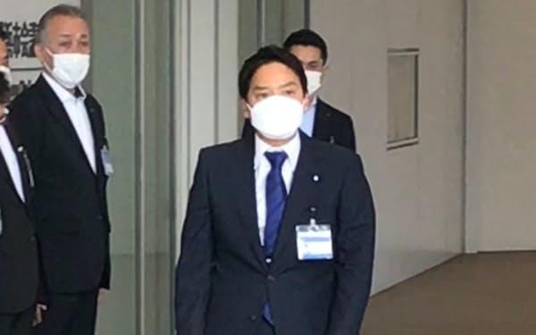 初登庁した横浜新市長の山中竹春氏(30日、横浜市役所)