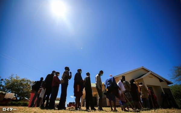23日、ケニアでワクチン接種を受ける人々=ロイター