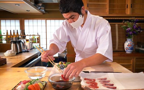 スーパーで買った刺し身にひと手間加えることで、よりおいしく食べられる(東京都世田谷区のせき亭)=遠藤 宏撮影