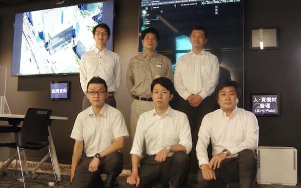 横浜ゲートタワースマート生産推進チームは古賀達雄さん(後列右)ら30人以上で構成する
