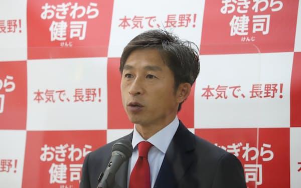 長野市長選への出馬を表明する荻原氏(30日、長野市)