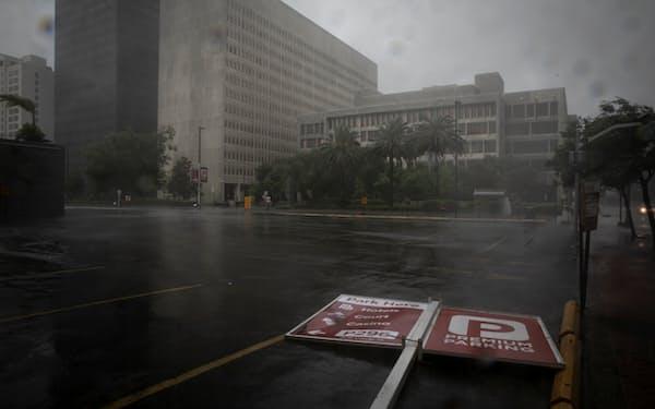 強風で道路標識が倒れたり、建物の屋根が飛んだりする被害が出ている(29日、ルイジアナ州ニューオーリンズ)=ロイター