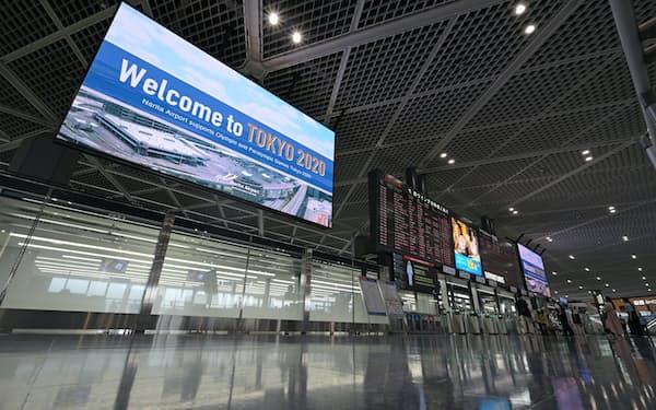 新型コロナによりビジネスや旅行の往来は低調(6月、成田空港の国際線出発ロビー)