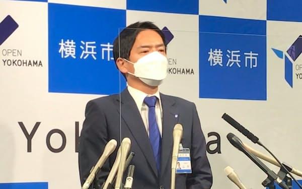 就任後初の記者会見に臨む山中市長(30日、横浜市役所)