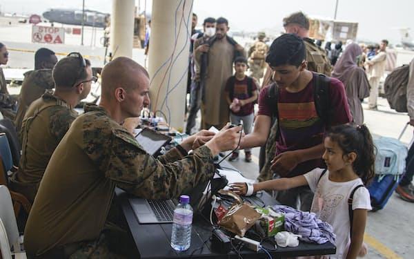 米軍はアフガンから31日までに撤収する予定だ(28日、カブール)=米海兵隊提供・AP
