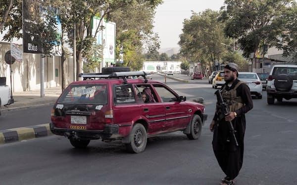 カブール市内で警備に当たるタリバン兵=ロイター
