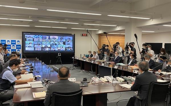 30日の会議には全30市町村の首長らもオンラインで参加した(新潟県庁、手前㊨はあいさつする花角知事)