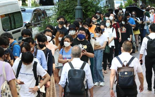 東京都若者ワクチン接種センターの会場前に並ぶ人たち(27日午前、東京都渋谷区)