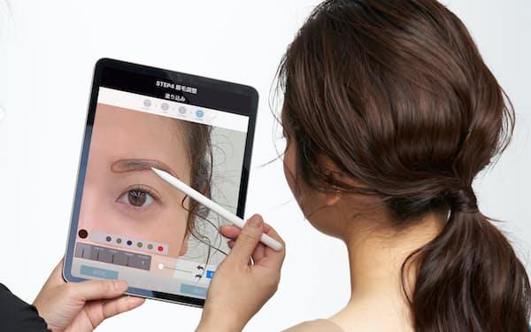 タブレット型端末を使って、眉のメークの仕方を提案できる