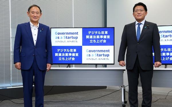デジタル改革関連法案準備室の立ち上げ式に臨む菅首相(左)と平井デジタル改革相=昨年9月