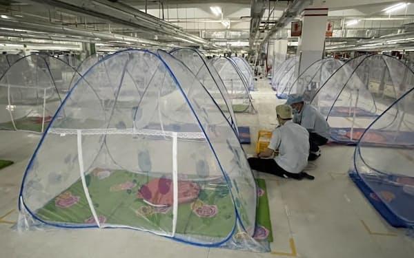 工場内に個人用テントを設置し、操業を続けている企業も多い(南部ビンズオン省)=国営ベトナム通信