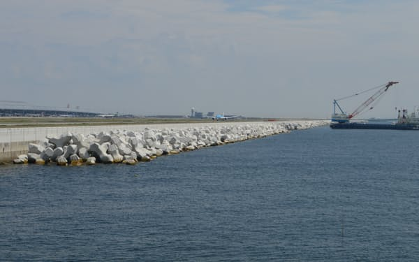 関西空港の東側の護岸で進む消波ブロックの設置は10月末にも終了する