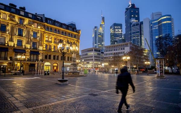 欧州ではロックダウンにより外出自粛が促された(1月、ドイツ)=AP