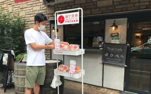 カフェの前などに置いた専用棚が無人販売所になる(8月、東京都豊島区)