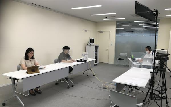 オンライン合同企業説明会に日立市役所から参加した山水苑の勝間田優子さん㊧