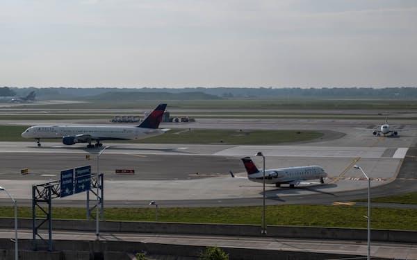EUは米国からの不要不急の渡航を制限する(米デトロイトの空港)=ロイター