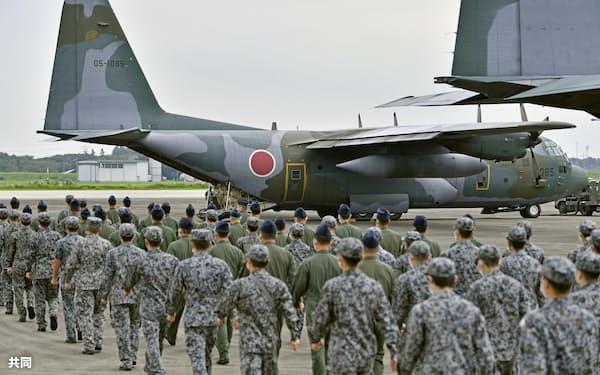 邦人らの退避支援のため、派遣された航空自衛隊のC130輸送機(8月24日、埼玉県の航空自衛隊入間基地)=共同