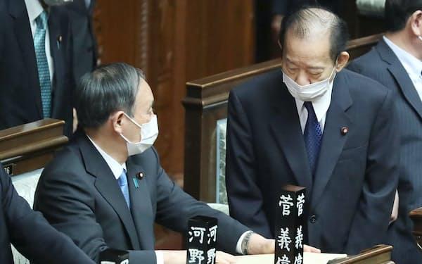 衆院本会議場で自民党の二階幹事長㊨と言葉を交わす菅首相(4月)