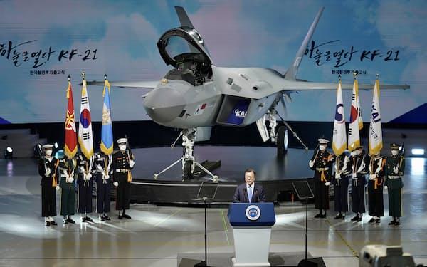 4月、国産戦闘機の出庫式で演説する文在寅大統領(韓国大統領府提供)