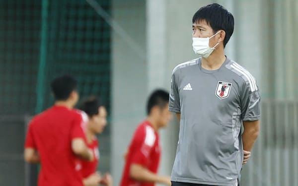 W杯最終予選初戦のオマーン戦に向けた練習を見守る森保監督。日本にとって最終予選の10試合はひとつも気が抜けない戦いとなる=共同