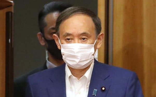 閣議に臨む菅首相(31日午前、首相官邸)