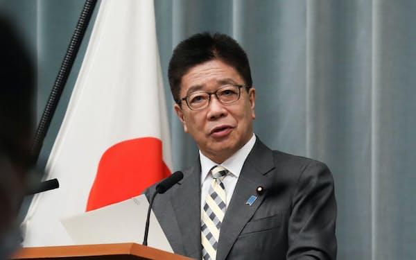 記者会見する加藤官房長官(31日、首相官邸)