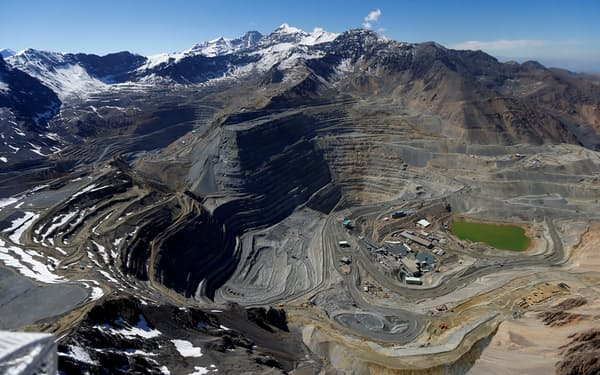 銅の副産物という特有の事情が、品薄の背景にある(チリの銅鉱山=ロイター)