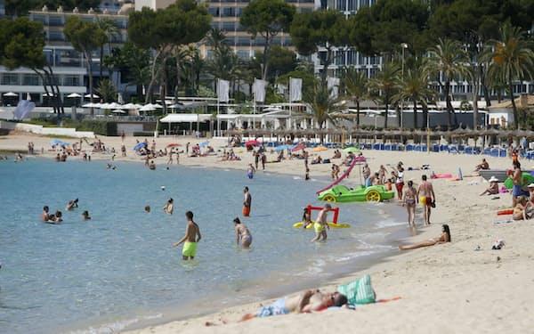 スペイン・マヨルカ島のビーチには観光客が戻ってきた=ロイター